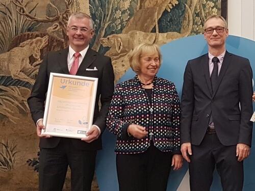 Auszeichnung für INEBB: Verbundkoordinator BVNG-Vizepräsident Martin Wittau erhält die Urkunde aus den Händen der Präsidentin der Deutschen UNESCO-Kommission, Prof. Dr. Böhmer, und BMBF-Staatssekretär Christian Luft